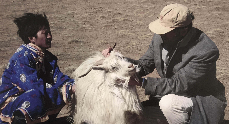 Brunello Cucinelli e una capra  da cashmere in Mongolia