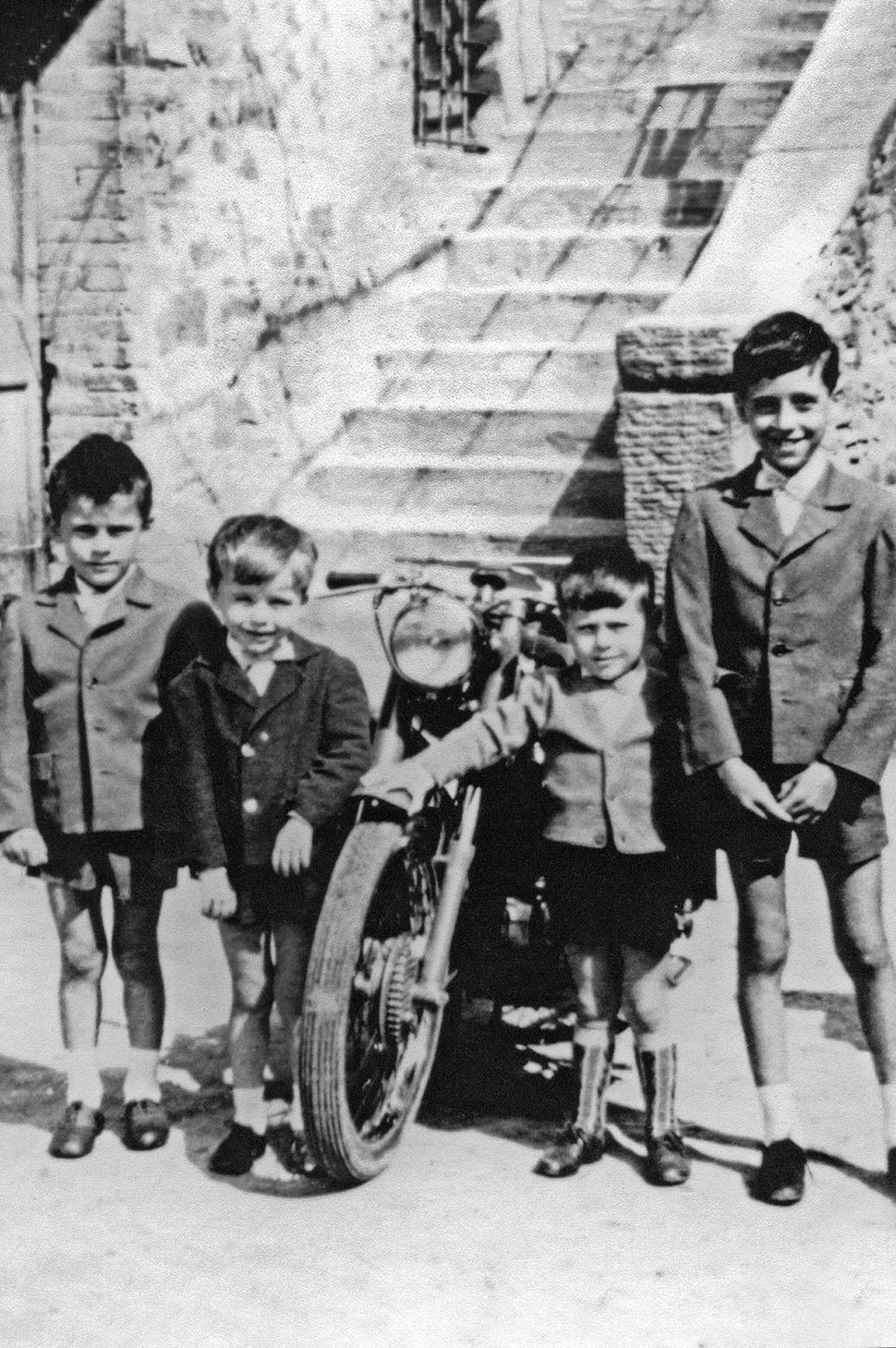 Brunello da bambino con i suoi  fratelli e un cugino a Castel Rigone